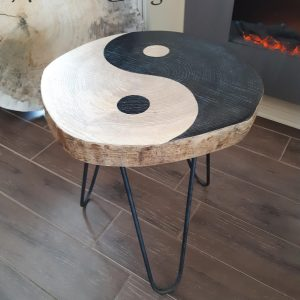 Table yin yang hairpin legs 159$ 23'' h x 17'' pas de livraison Frêne naturel et noir 1 dispo