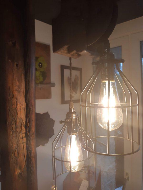 Lampadaire poulie antique Poutre ancestrale et poulie 84'' de hauteur 495$ Chaque poulie est différente mais le look reste le même pas de livraison