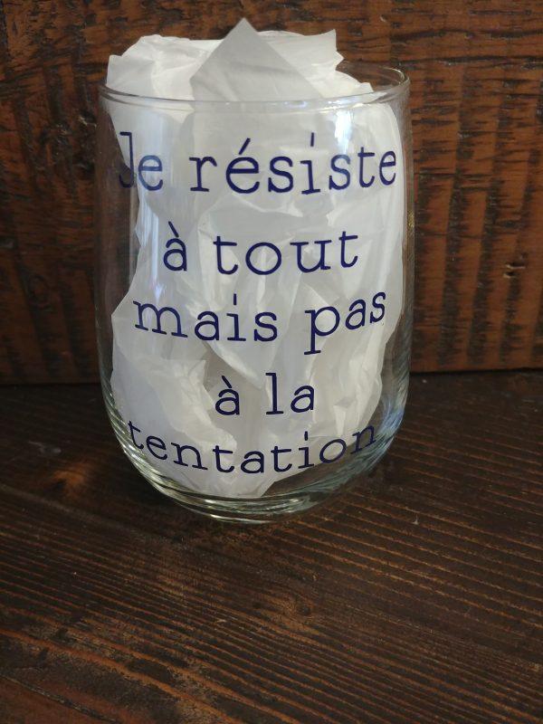 Verre de vin avec citation - Je résiste à tout mais pas à la tentation
